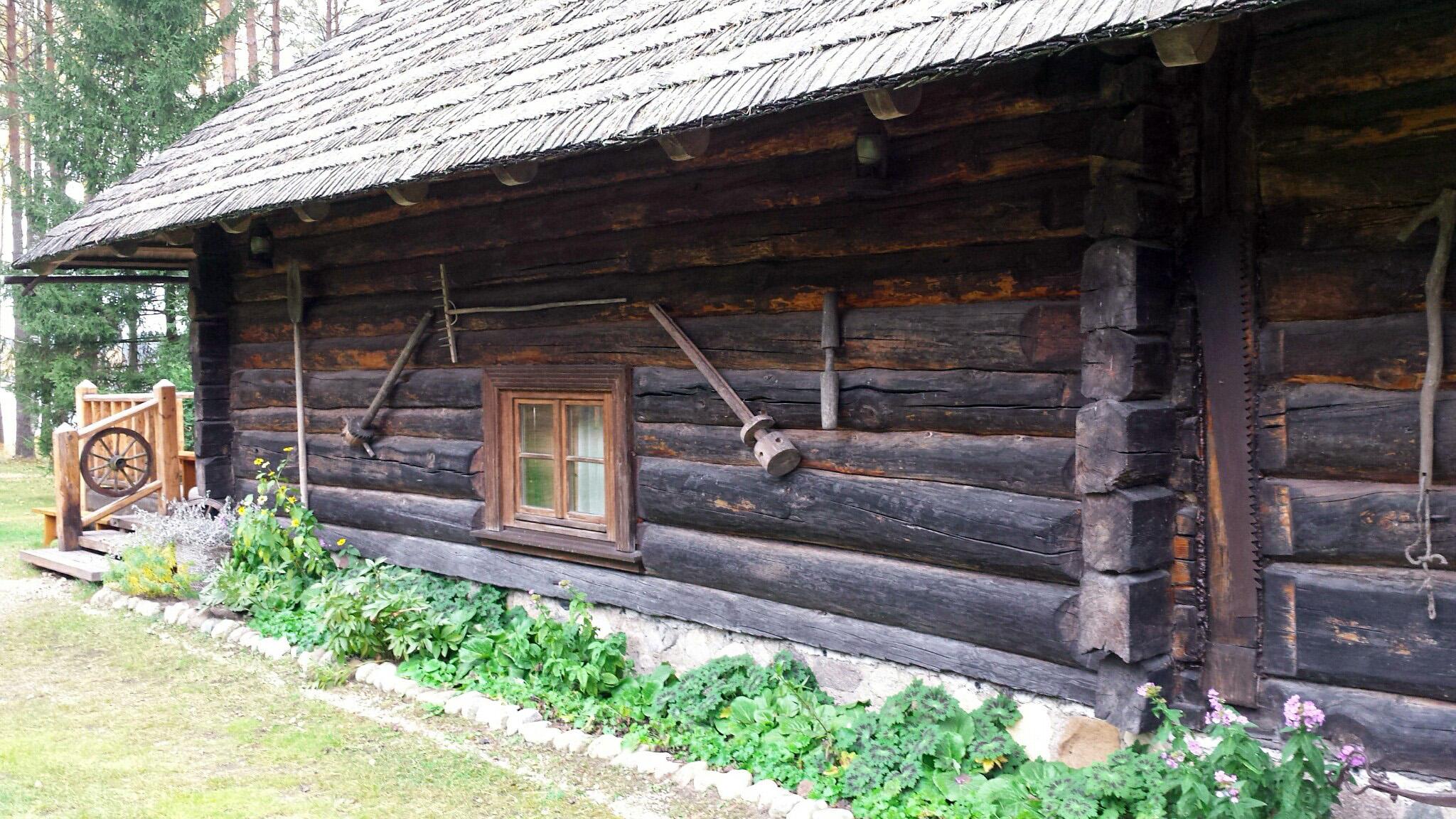Ein 150 Jahre altes Blockhaus in Lettland in der Nähe von Riga